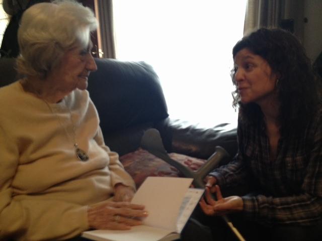 Ana María Matute, en una foto que le hice junto a mi amiga Raquel Garcia Ulldemolins, compañera de entrevista y de las emociones que nos regalaba.